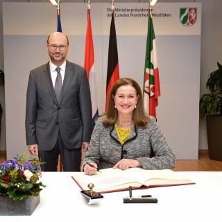 Botschafterin Niederlande Eintrag ins Gästebuch der Landesregierung