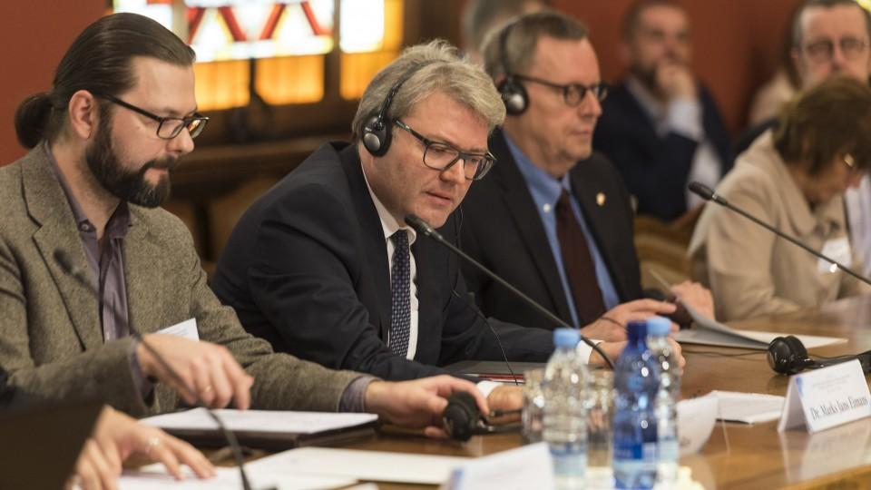 Staatssekretär Marc Jan Eumann im lettischen Parlament (Saeima)