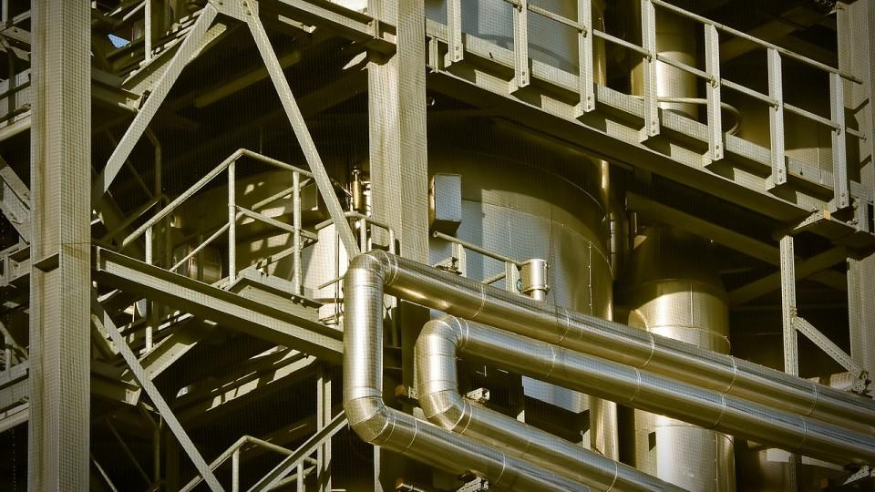 Industrieanlage goldene Rohre